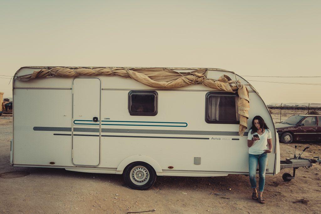 woman wearing white crew neck shirt leaning on rv trailer 3019714 1024x683 - Øg campingglæden med et fortelt